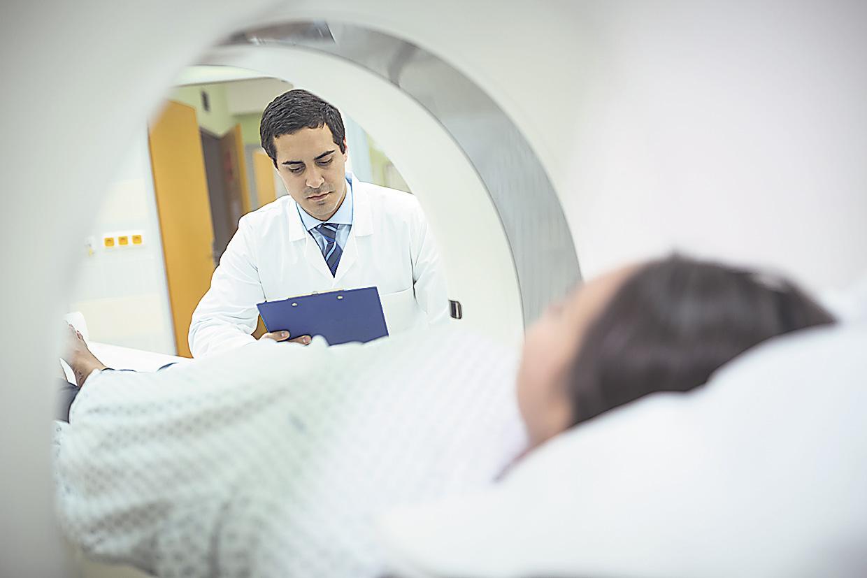Patient wird per MRT untersucht. Es gibt noch weitere Diagnoseverfahren.