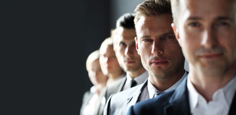 Männer in einer Reihe mit Fokus auf dem zweiten Mann.