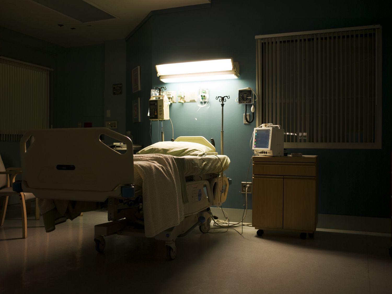 Ein Krankenhauszimmer bei Nacht. Die Aussicht, langfristig Krebs zu heilen, spornt die Forschung an.