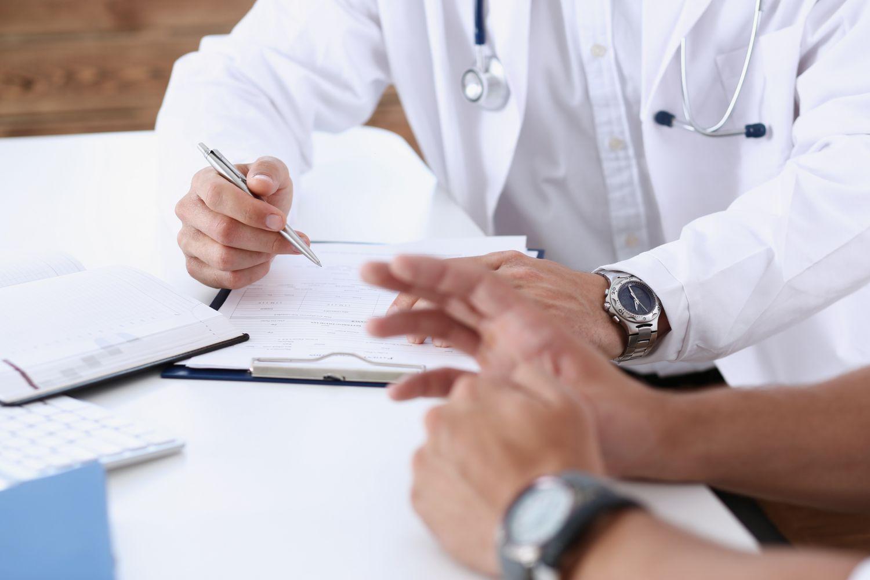 Ein Facharzt im Gespräch mit seinem Patienten. Thema: Prostatakrebs