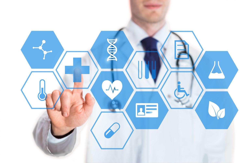 Mediziner tippt auf virtuellen Bildschirm. Thema: Die häufigsten Todesursachen