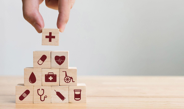 Turm aus Bauklötzen mit medizinischen Symbolen