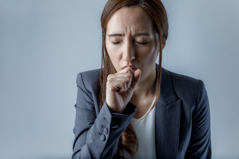 Eine Frau hält ihre Faust vors Gesicht. Thema: Speiseröhrenkrebs