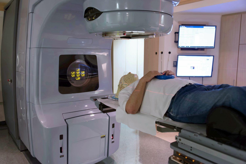 Ein Patient unterzieht sich einer Strahlentherapie zur Tumorbekämpfung