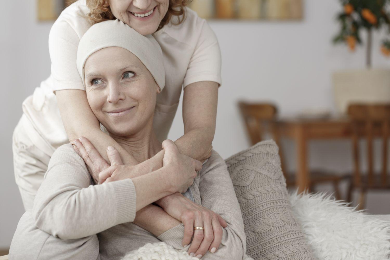 Angehörige unterstützt krebskranke Frau