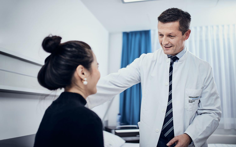 Arzt-Patientengespräch im Medias Klinikum. Thema: Lokale Behandlung