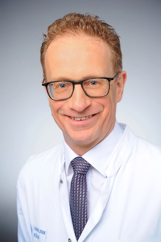 Porträt: Prof. Dr. med. Axel Heidenreich, Direktor der Klinik für Urologie, Uro-Onkologie, Roboter-assistierte und Spezielle Urologische Chirurgie am Universitätsklinikum Köln